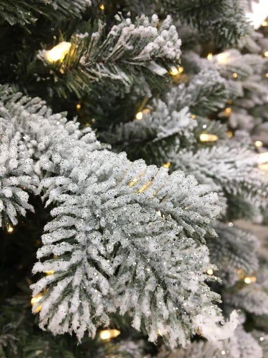 Mooie kunstkerstboom 200 cm hoog besneeuwd met glitter